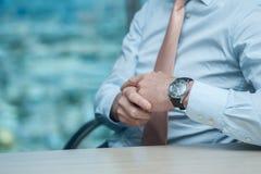 Riunione d'affari Uomo d'affari sicuro che si siede alla tavola Fotografie Stock Libere da Diritti