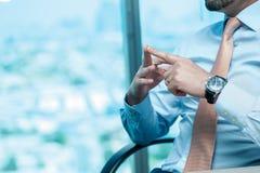 Riunione d'affari Uomo d'affari sicuro che si siede alla tavola a Fotografia Stock Libera da Diritti