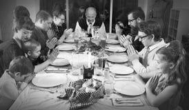 Riunione d'annata della famiglia per la cena della Turchia di festa immagini stock