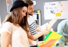 Riunione dei colleghe e dei punti seguenti di pianificazione Immagine Stock
