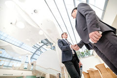 Riunione dei partner! Un uomo d'affari di due giovani che sta di fronte ad ogni o Fotografia Stock