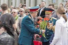 Riunione dei vecchi amici sulla celebrazione su Victory Day annuale, maggio Fotografia Stock