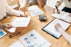 Riunione del gruppo di affari che discute lavorando analisi con finanziario fotografia stock