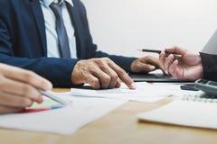 riunione del gruppo di conto di affari con la gestione di rapporto fotografie stock