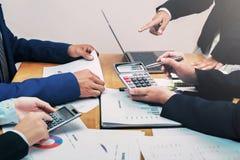 riunione del gruppo di conto di affari con la gestione di rapporto immagine stock