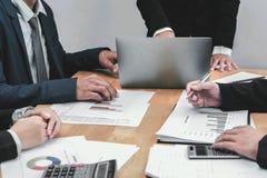 riunione del gruppo di conto di affari con la gestione di rapporto fotografia stock