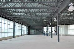 Riunione del gruppo di costruttori e di architetti in magazzino vuoto immagine stock libera da diritti