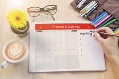 Riunione del pianificatore del calendario di affari sull'ufficio dello scrittorio Immagine Stock