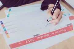 Riunione del pianificatore del calendario di affari sull'ufficio dello scrittorio Fotografie Stock Libere da Diritti