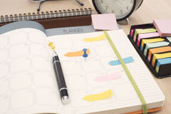 Riunione del pianificatore del calendario di affari sull'ufficio dello scrittorio organizzazione Immagine Stock