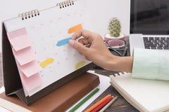 Riunione del pianificatore del calendario di affari sull'ufficio dello scrittorio organizzazione Fotografia Stock