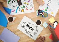 Riunione del piano d'appoggio con i grafici di web Fotografie Stock