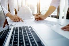 Riunione dell'ingegnere per il progetto architettonico Lavorando con il partner immagini stock libere da diritti
