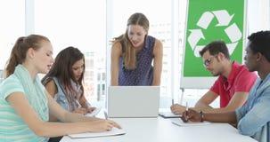 Riunione della donna con i colleghi circa consapevolezza ambientale stock footage