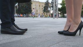 Riunione della donna di affari e dell'uomo d'affari alla via ed al saluto della città Stretta di mano di affari fra l'uomo e la d Fotografia Stock Libera da Diritti