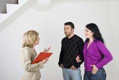Riunione delle coppie con l'agente immobiliare Immagine Stock Libera da Diritti