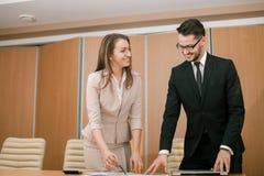 Riunione delle coppie nell'ufficio Fotografia Stock Libera da Diritti