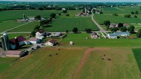 Riunione di Amish domenica nella campagna e nei terreni coltivabili come visto in fuco stock footage