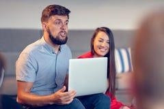 Riunione di Coworking Gruppo Startup che discute insieme nuovo progetto fotografia stock libera da diritti