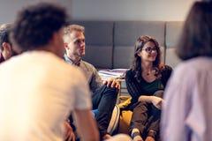 Riunione di Coworking Gruppo Startup che discute insieme nuovo progetto fotografia stock