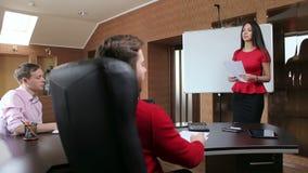 Riunione di presentazione della donna di affari in un ufficio video d archivio