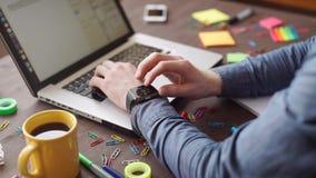 Riunione di presentazione di affari sulla tavola dell'ufficio con il computer portatile stock footage