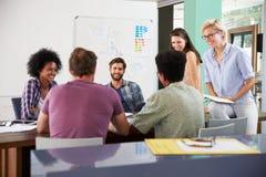 Riunione di Team Of Businesspeople Having Creative nell'ufficio Fotografie Stock Libere da Diritti