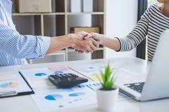 Riunione e collaborazione, una stretta di mano di due affari ed affare p fotografia stock