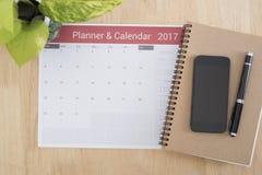 Riunione e Smart Phone del pianificatore del calendario di affari sull'ufficio dello scrittorio Immagine Stock Libera da Diritti