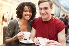 Riunione giovane delle coppie alla data in caffè Immagini Stock Libere da Diritti