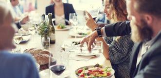 Riunione mangiando il partito di cucina di discussione fotografia stock libera da diritti