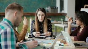 Riunione multietnica del gruppo nell'ufficio start-up moderno Gruppo di giovani che discutono la nuova idea di progetto video d archivio