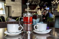 Riunione piacevole degli amici nel caff? per una tazza del t? delizioso della bacca e della frutta fotografia stock