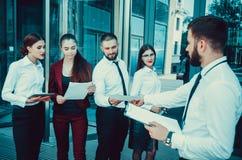 Riunione teamwork Il capo parla con il personale di ufficio contro Immagini Stock Libere da Diritti