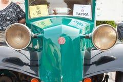 riunione tradizionale dei fan delle automobili d'annata e delle motociclette Una mostra di vecchie automobili nella piazza di Tis Fotografie Stock Libere da Diritti