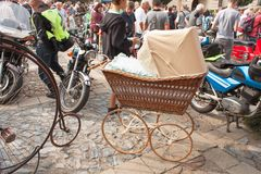 riunione tradizionale dei fan delle automobili d'annata e delle motociclette Una mostra di vecchie automobili nella piazza di Tis Immagine Stock