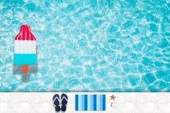 Riunisca il galleggiante, anello che galleggia in una piscina blu di rinfresco con le ombre della foglia della palma in acqua illustrazione vettoriale