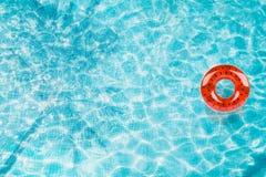 Riunisca il galleggiante, anello che galleggia in una piscina blu di rinfresco con le ombre della foglia della palma in acqua illustrazione di stock
