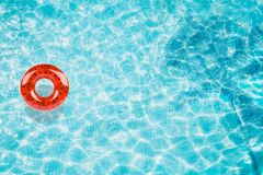 Riunisca il galleggiante, anello che galleggia in una piscina blu di rinfresco con le ombre della foglia della palma in acqua royalty illustrazione gratis