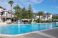 Riunisca vicino a costruzione ed agli alberi in hotel in Turchia Fotografia Stock