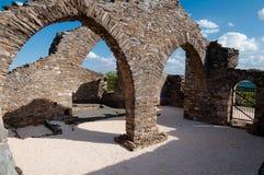 Riuns architettonici al cimitero vicino a Lastours immagini stock
