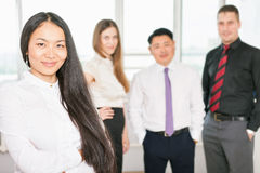 Riuscita donna asiatica di affari con il gruppo di affari Immagini Stock Libere da Diritti