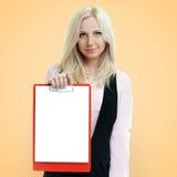 Riuscita donna di affari che tiene una lavagna per appunti con carta in bianco sopra Fotografie Stock Libere da Diritti