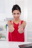 Riuscita donna di affari indiana attraente con i pollici su a fuori Fotografie Stock