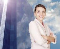 Riuscita donna di affari sul backgrou moderno Immagine Stock Libera da Diritti