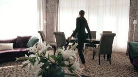 Riuscita donna felice ballante di affari nel posto di lavoro moderno del sottotetto Ballo della donna di affari nella grande came stock footage