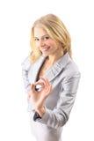 Riuscita donna felice di affari che fa segno giusto immagine stock