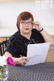 Riuscita donna matura con i documenti Fotografie Stock