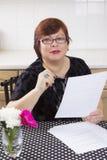 Riuscita donna matura con i documenti Fotografie Stock Libere da Diritti