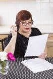 Riuscita donna matura con i documenti Immagine Stock Libera da Diritti